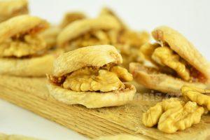 Ξερά σύκα και καρύδια σε σάντουιτς